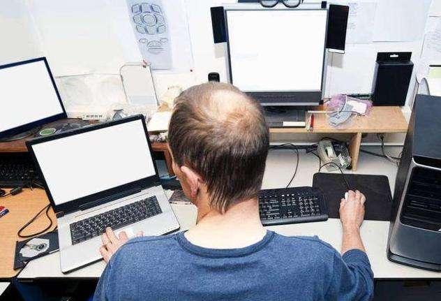 斑秃造成的原因是什么
