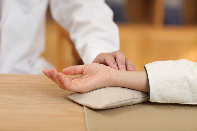 中医讲胸闷气短是怎么回事?中医如何治疗?